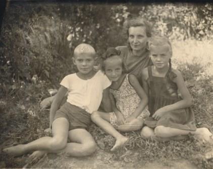 1948-wIth aunt Ekaterina Yakovlevna Guslistova and cousins Yulia and Elya at Bulatnikovo